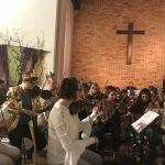 """Das war der Titel des großen Kinderkonzerts, einem Gemeinschaftsorchesterprojekt, das am 24. Oktober 2018 präsentiert wurde. Die MusikerInnen und Sängerinnen haben mit ihren Darbietungen einen beeindruckenden Konzertabend gestaltet. Die Geschichte des Werkes """"Ein Sommernachtstraum"""" wurde von einem Schauspieler sowie den verkleideten MusikerInnen dramaturgisch in eine launige Moderation verpackt. Seit vielen Jahren gibt es in der Orchesterlandschaft Niederösterreichs eine fruchtbare Zusammenarbeit der Musikschule Neunkirchen und der von Paradis Musikschule. Die Aufführung in der evangelischen Kirche in Neunkirchen war wieder ein großer Erfolg. Dank des engagierten Wirkens und der guten Zusammenarbeit der Musikschullehrer kann ein derartiges Projekt umgesetzt werden. Die Musikschüler und Musikschülerinnen haben sich in intensiver Probenarbeit mit ihren Musikschullehrerinnen Gerswind Olthoff Kircher und Anna Flasch bestens auf diesen Auftritt vorbereitet. Herzlichen Dank und ein großes Lob an alle Mitwirkenden! Erna Fasching (Leiterin der von Paradis Musikschule)"""