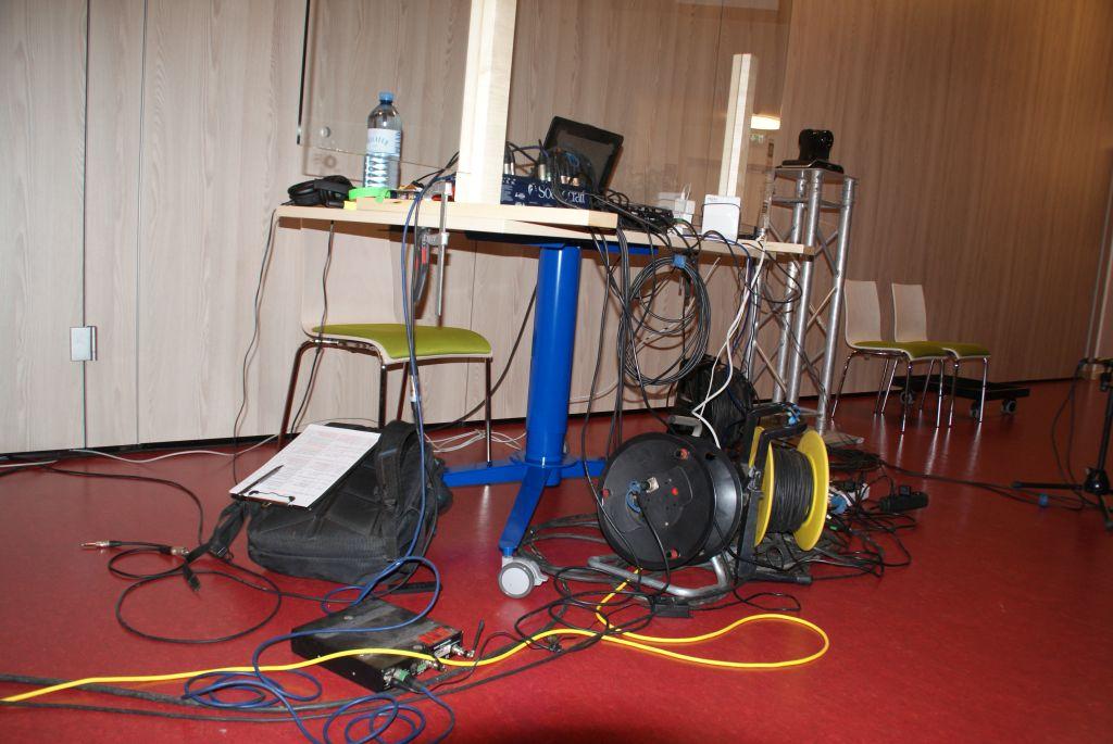 Und einen Arbeitsplatz, wo alle Kabel zusammenlaufen.